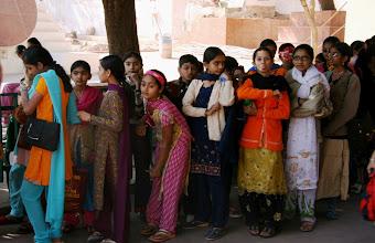 Photo: Intialaisia jonossa kaupunkipalatsiin Jaipurissa
