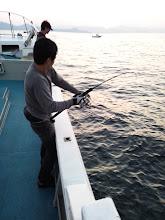"""Photo: ファーストヒットは""""ニベさん""""!強烈な引き!水面近くで見えた魚影は「カマスサワラ」!さらに走りまくって、フックアウト!残念!"""