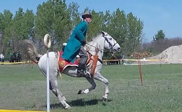 Photo: Honfoglalás kori ruházatban a lovas.