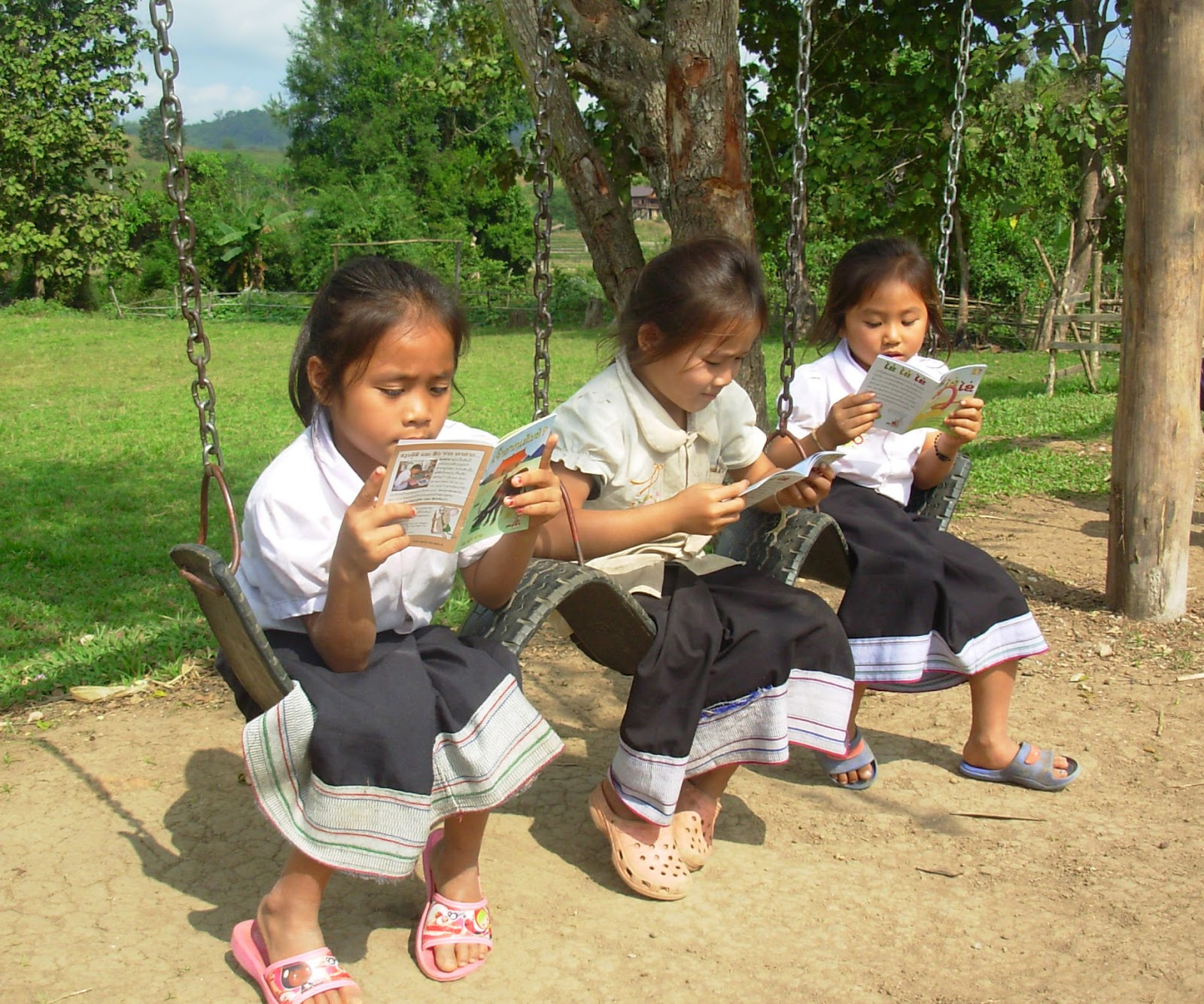 Three_Lao_girls_reading.JPG