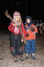 Photo: Anouk und Lars beim Holz bringen