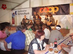 Photo: Viele junge Musuikantinnen und Musikanten prägten dieses Volksmusikfest.  Hier eine solche Gruppe im Festzelt