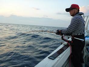 Photo: ・・・という事で、サメを釣りあげて腹いっぱい説教します! 早速、戸田さんの大物仕掛けにヒット!