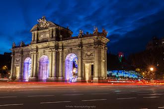 Photo: Puerta de Alacalá, Madrid. (al fondo la torre del Palacio de Comunicaciones)  Puedes ver el artículo dedicado a Fotografía nocturna en el siguiente enlace:  http://blog.betsabedonoso.com/2014/12/madrid-nocturna.html