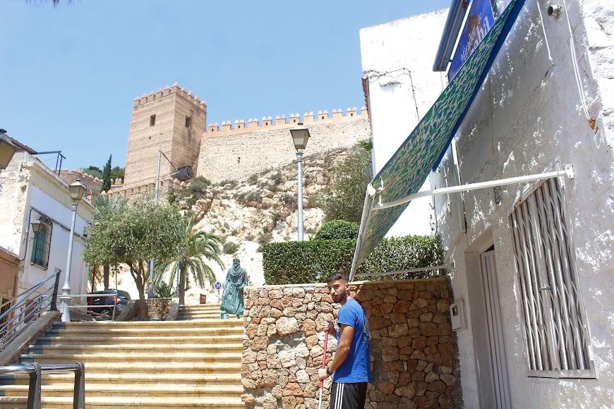 El propietario del Bar Mirador de la Alcazaba prepara su terraza para abrir el lunes.