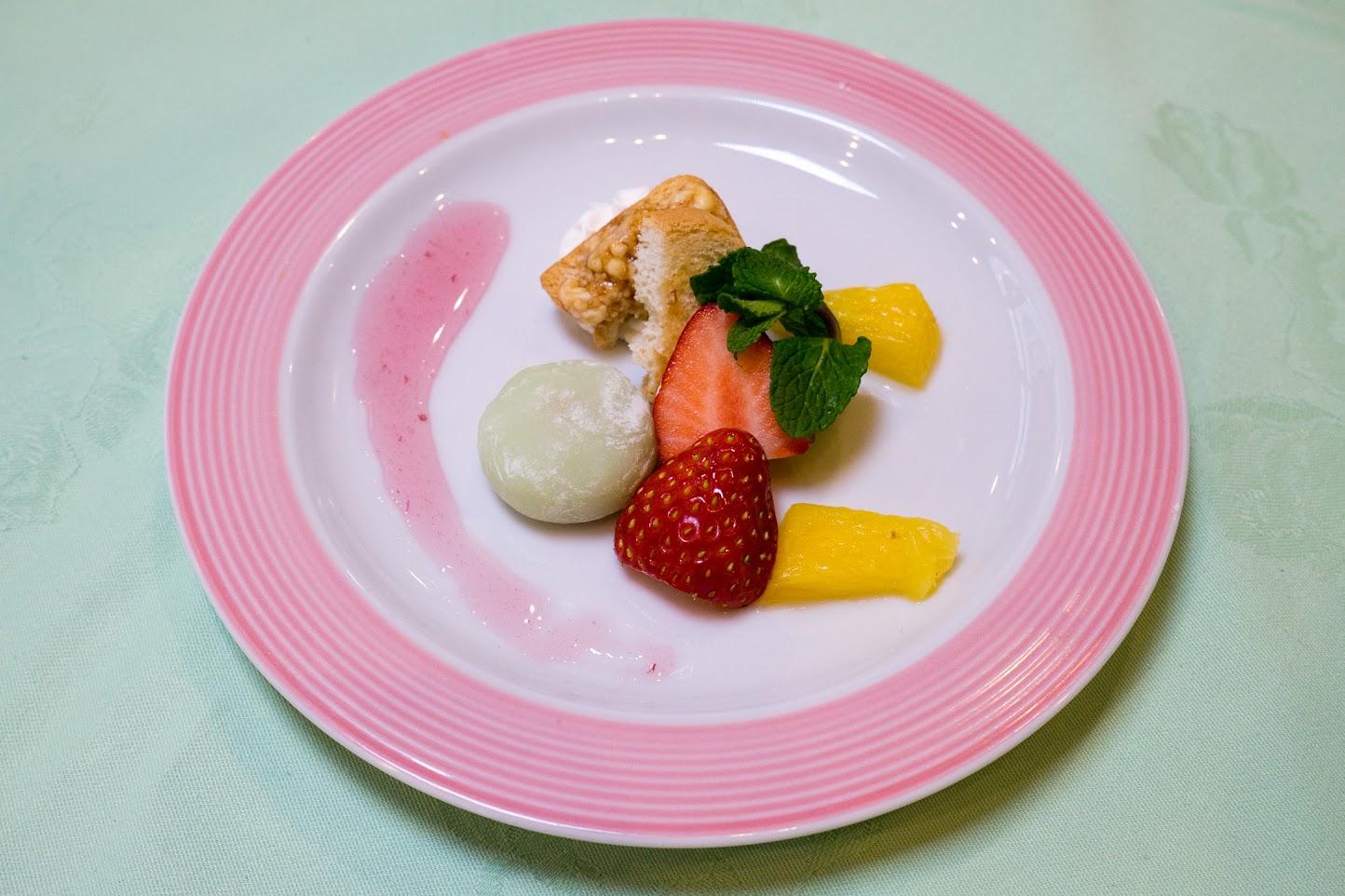 水菓子:ラムバターのミニトーストカナッペ、葛餅、桜ソース、果物