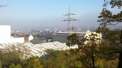 Photo: Nebel über Altenhagen - mit dem Schornstein der Müllverbrennungsanlage (Am Pfannenofen) schwach hinter dem Hochspannungsmasten erkennbar.