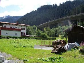 Photo: 10e Dag, zaterdag 25 juli 2009 Bludenz - Imst Dag afstand: 90.5km, Totaal gereden: 979 km . Op weg naar de Arlbergpas. De autosnelweg gaat de tunnel van de berg in.
