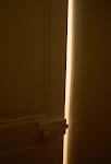 streep licht langs net open deur in donkere kamer