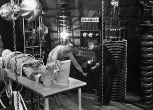 """Photo: Colin Clive e Dwight Frye com as máquinas no laboratório em """"Frankenstein"""" (1931). http://filmesclassicos.podbean.com"""