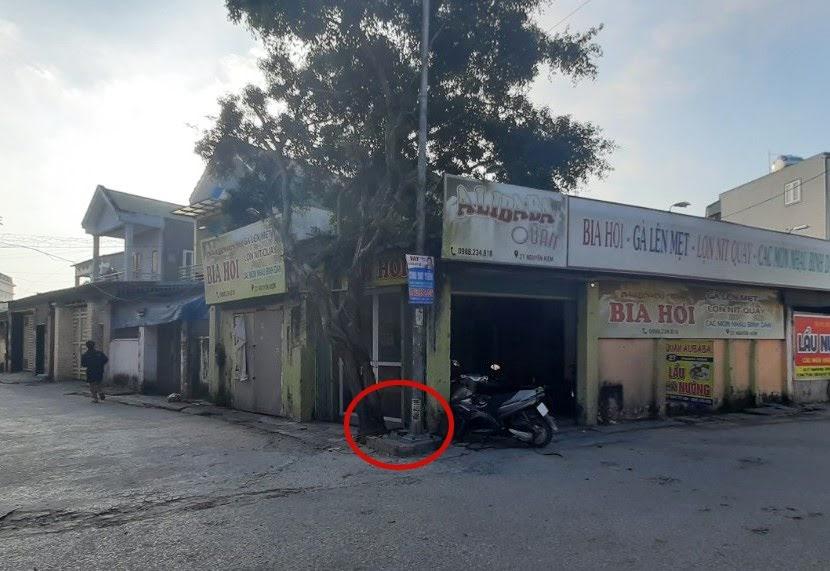 Cột đèn và cây si ở góc giao nhau giữa ngõ số 3 và đường Nguyễn Kiệm che khuất tầm quan sát của người tham gia giao thông