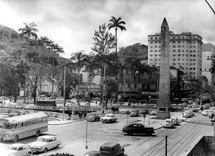 """Photo: Região chamada de """"Bacia"""". Em primeiro plano, o Obelisco e, ao fundo à esquerda, a Praça dos Expedicionários. Foto da década de 60"""