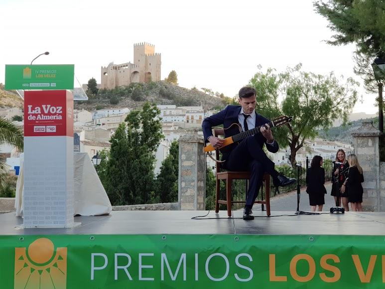 La música del guitarrista José Carlos Linares anima la gala.