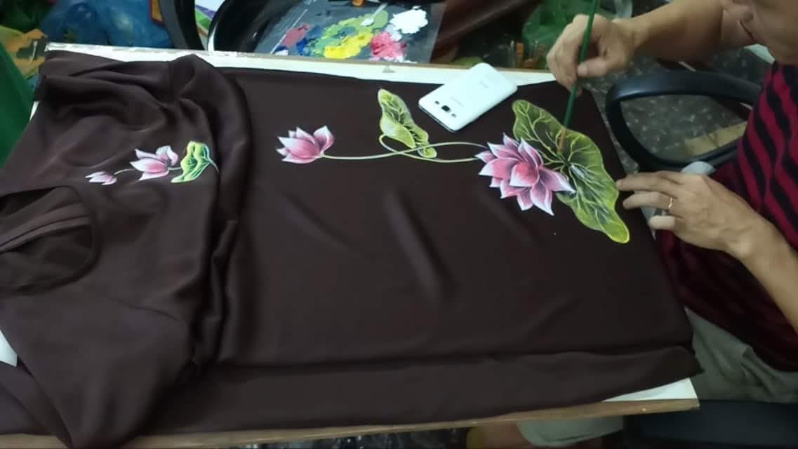 Vẽ hoa sen trên áo dài thời trang thủy