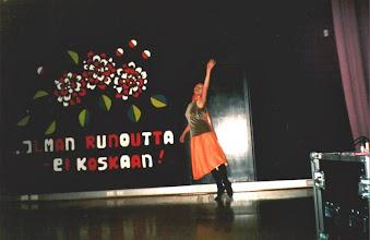 Photo: anssija Pietarista Irina Baidina esitti lavalla improvisaation  7 tunnetta. Taustana oli Jalosen runoja ja Jarno Huhtasen musiikki.