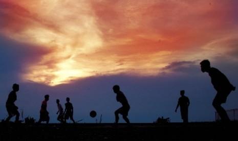 Main bola Sore Hari