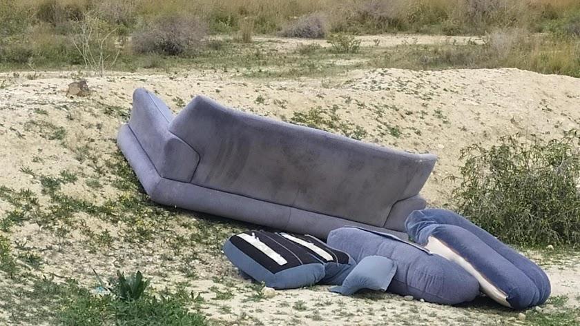 Entre la basura encontrada figura un sofá.