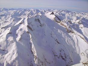 Photo: Hautes Pyrénées au sud de Cauteret et à l'ouest de Gavarnie: vision aérienne sur la face Est du Vignemale couverte par le Glacier d'Ossoue. A gauche le Grand pic Tapou 3160m et le Montferrat 3219m, crêtes frontaliéres avec l'Espagne.