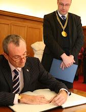 Photo: Im Amtszimmer des Uni-Präsidenten: Botschafter Murphy trägt sich in Goldene Buch der HU ein