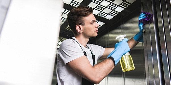 Bạn không nên sử dụng dung dịch vệ sinh có tính tẩy rửa mạnh để lau chùi thang máy