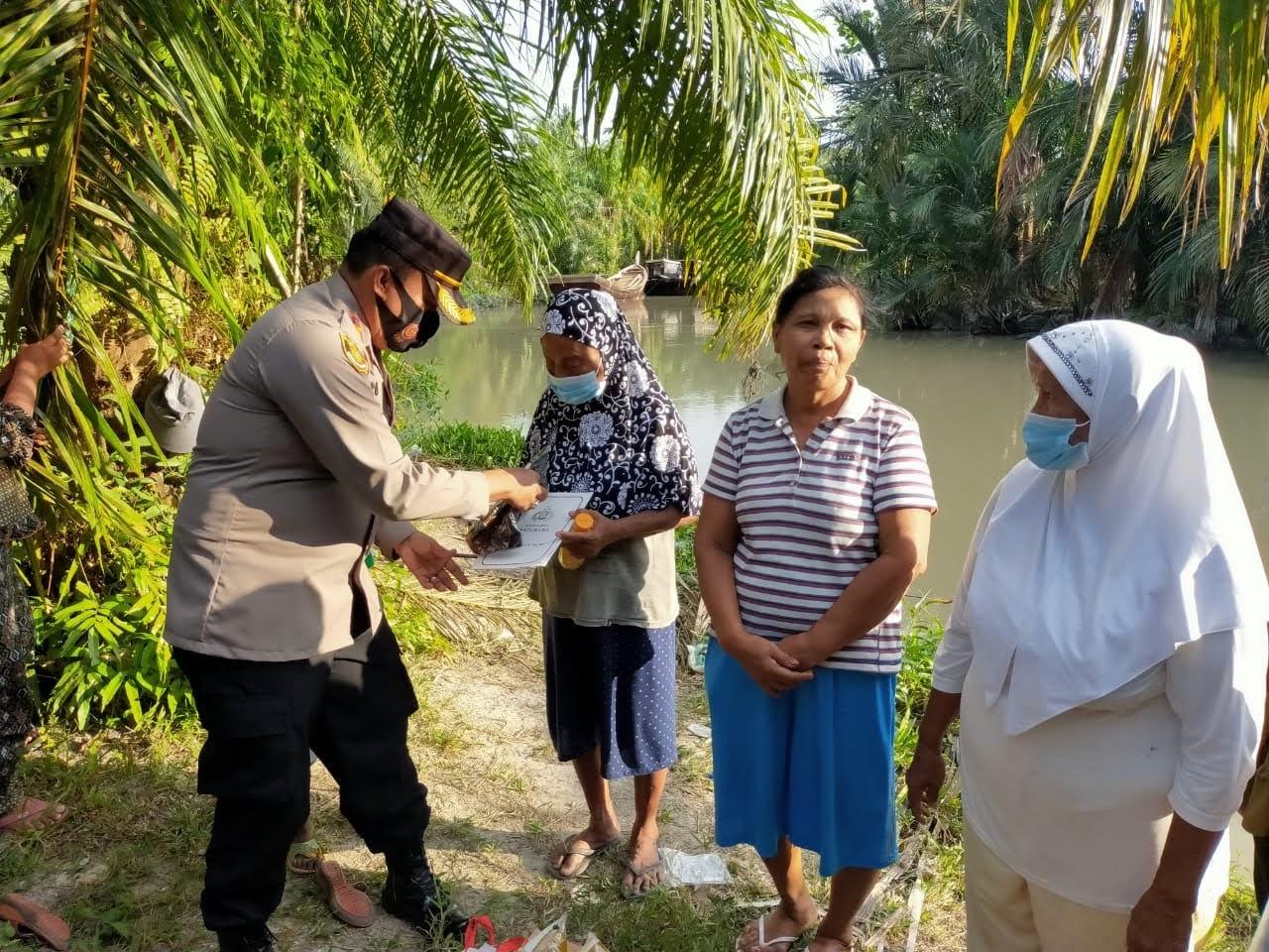 Kapolres Batu Bara Berikan Tali Asih dan Bantuan Sembako Kepada 7 Janda Pencari Udang di Sungai