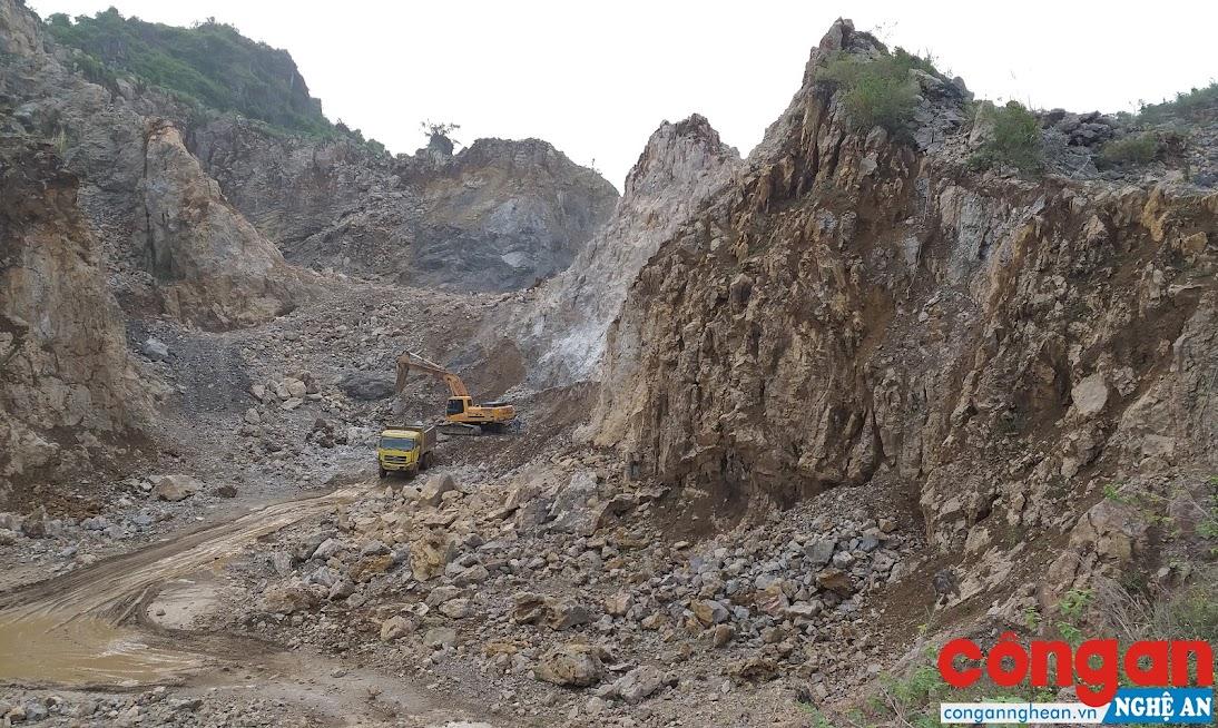 Sau nhiều năm Công ty Văn Sơn khai thác, lèn đá Trụ Hải (xã Quỳnh Văn, huyện Quỳnh Lưu) tiềm ẩn nhiều nguy cơ mất an toàn
