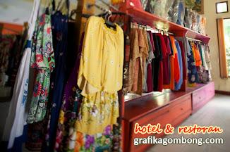 minimarket menjual makanan tradisional dan kerajinan