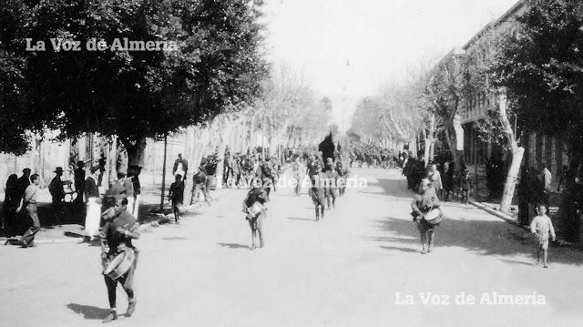 Los soldados del ejército ganador bajando por el Paseo, camino del puerto. Los niños iban escoltándolos, marcando el paso como en una fiesta.