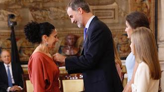 Sofía Deza, en el momento de recibir la insignia de manos del Rey