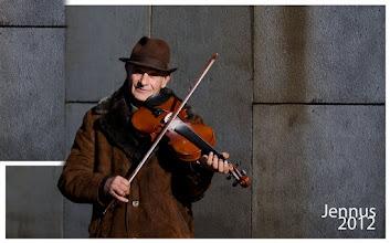 Photo: Strassenmusiker mit Geige am Bahnhof in Hamburg