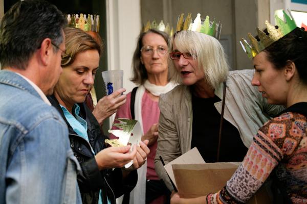 Photo: Krönung in Lörrach - die Lörracher Grundeinkommensinitiative krönt während der Stimmen-Marktplatzkonzerte, um für das BGE zu werben.