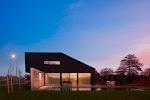 grote moderne woning, zijkant van begane grond geheel van glas met raamdecoratie