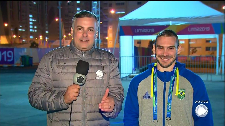 Jean Brandão entrevista o ginasta Arthur Zanetti no Jornal da Record
