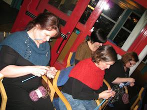 Photo: På lördagkvällen efter middag var det sedan dags att lägga upp för första heatet av Knit Battle 2010
