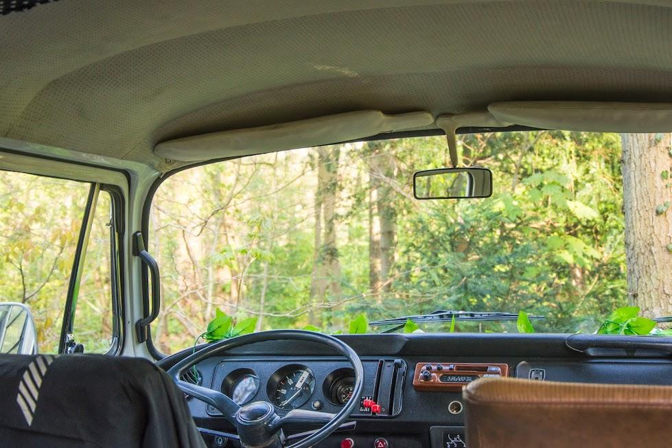 vintage-volkswagenbusje-op-roadtrip