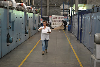 Photo: Yudy Florez caminando por la planta TERMILENIO