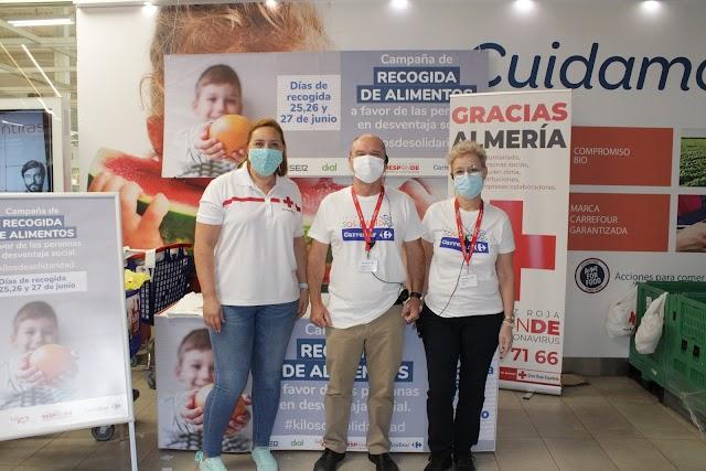 Representantes de Cruz Roja y Carrefour.
