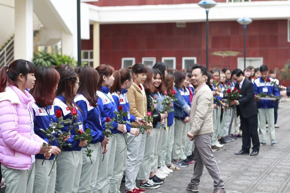 Ông Vi Hoàng Anh trao tặng hoa cho các học viên nữ đang theo học tại ICC Hà Nội