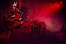 model in rode frutseljurk staat gereed voor fotoshoot
