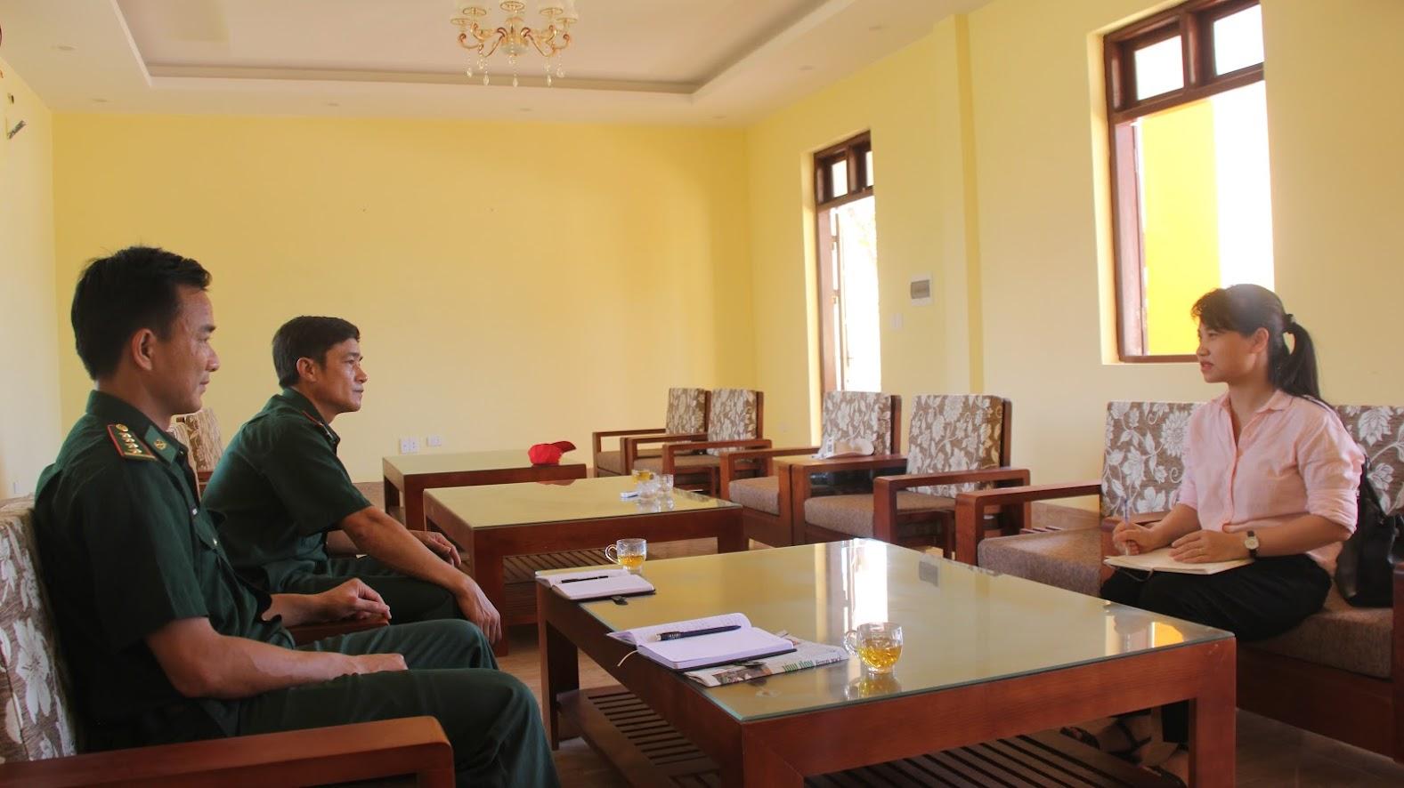 Chỉ huy Đồn biên phòng Quỳnh Thuận trao đổi với phóng viên Báo Công an Nghệ An
