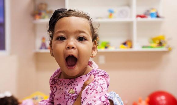 Sourire d'une enfant en situation de précarité.