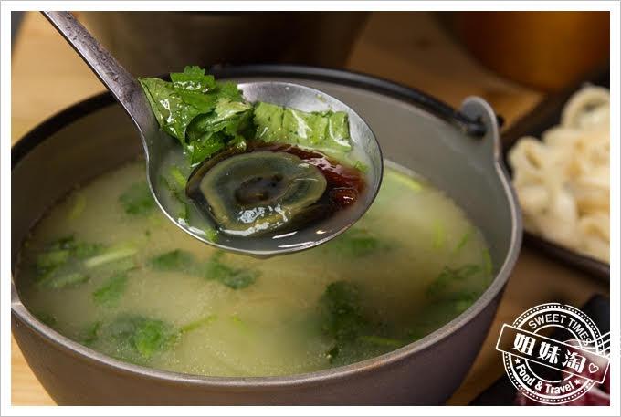 岡鐵牛鍋物工廠香菜皮蛋湯底