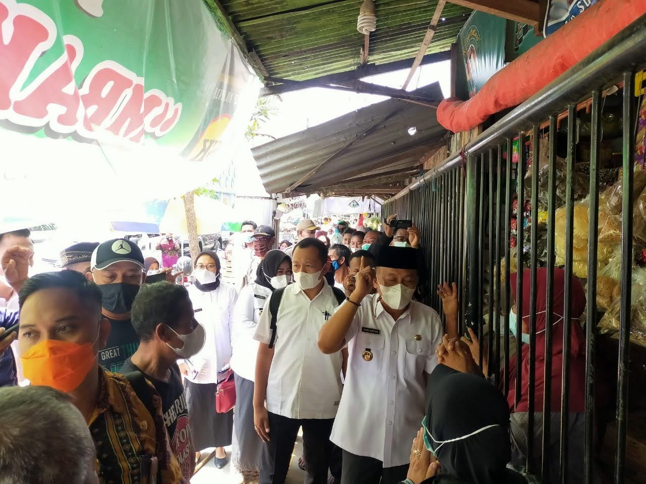 Bupati Sugiri Sancoko Bongkar Pagar Pembatas Pasar Eks Stasiun
