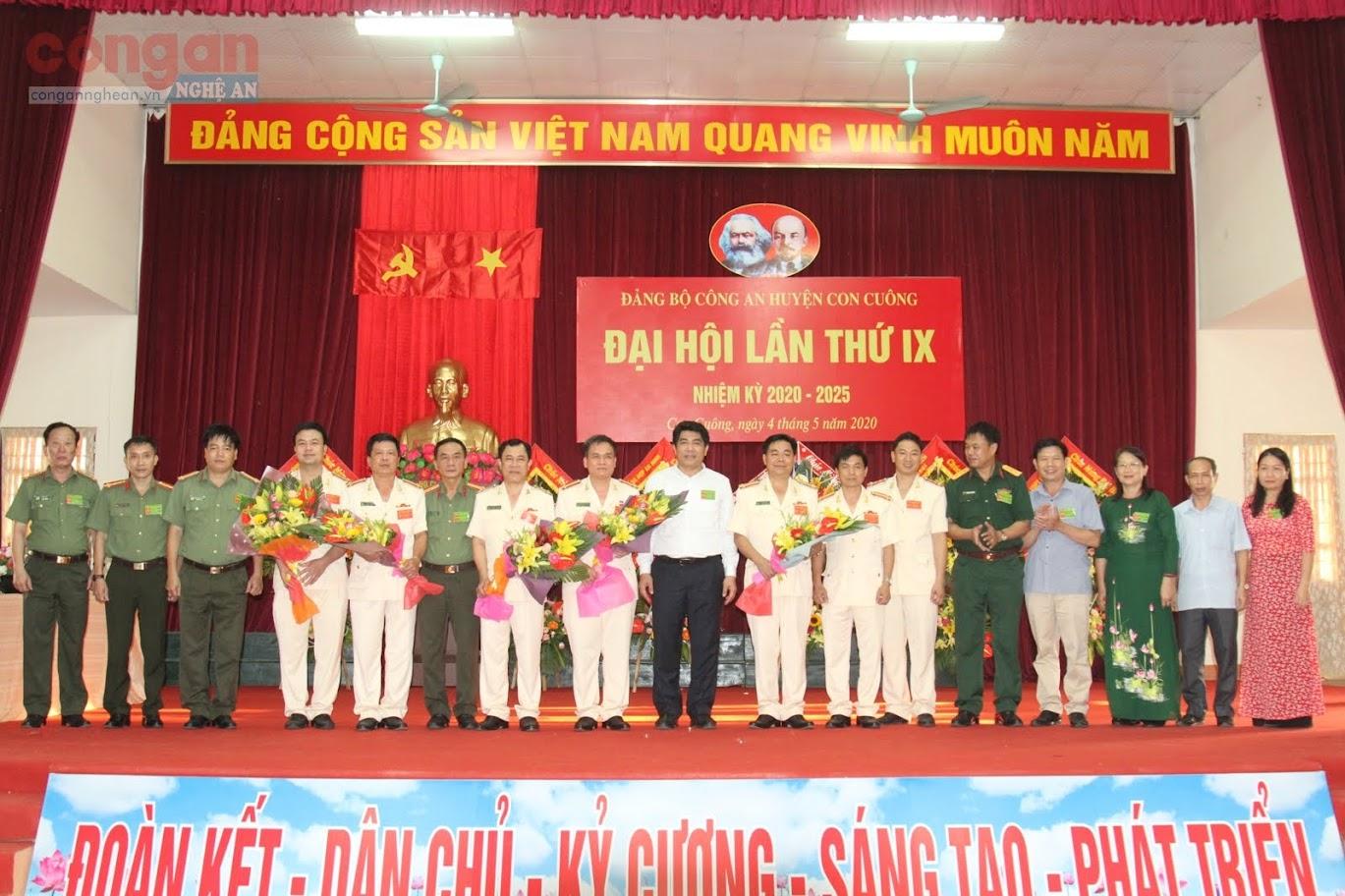 Lãnh đạo Công an tỉnh là Lãnh đạo Huyện uỷ, UBND huyện chúc mừng BCH Đảng bộ Công an huyện nhiệm kỳ 2020-2025.