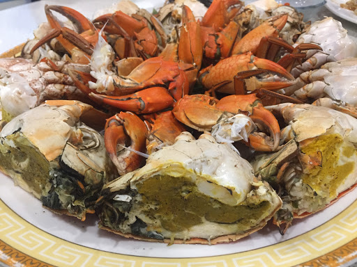 螃蟹新鮮又大隻一兩80 今天吃的都10-12兩左右,蟹殼有處理過容易拔除。 另外推薦炒鱔魚也炒的非常好吃,味道非常的下飯難怪看到許多客人都來吃這的鱔魚意麵。 麻油雞湯頭味道濃郁還有加入自製的手工貢丸一