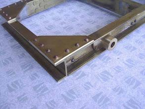 Photo: Les supports d'axes sont rivetés sur les longerons du chassis.