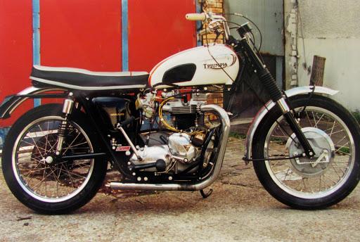 Machines et Moteurs a restaurer cette Triumph T120 TT de 1966.