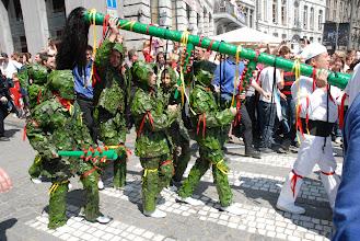 Photo: La queue du Dragon est soutenue par les Hommes de Feuilles, dont l'habit est cousu de feuilles de lierre fraîches .