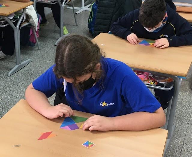 Una alumna juegan con el tangram.