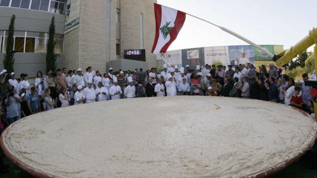 Ливанские повара празднуют новый рекорд - самое тяжелое блюдо с хумусом вошло в книгу рекордов Гиннеса (8 мая 2010 года)